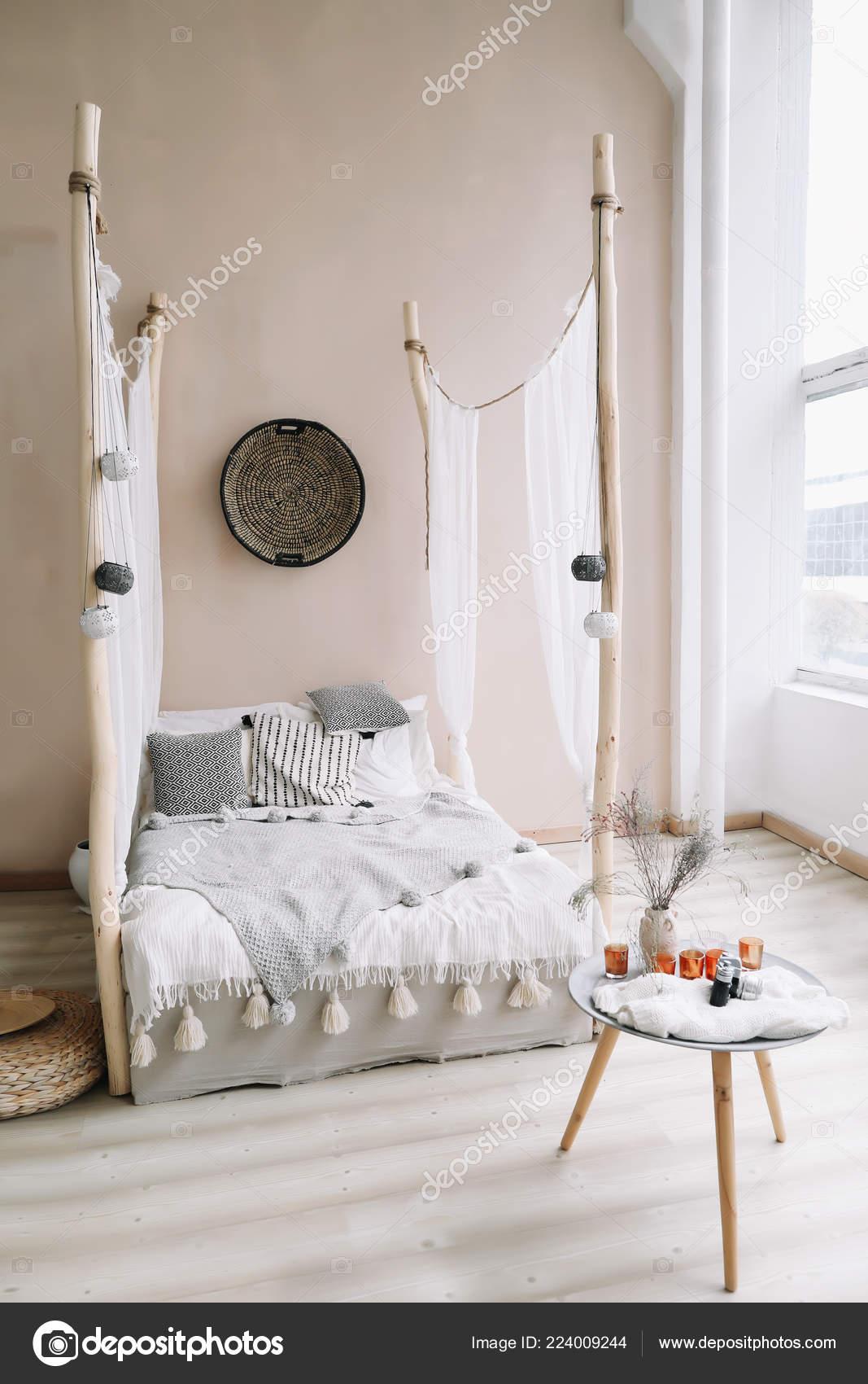 Moderno casa interior design. Letto con baldacchino in legno ...