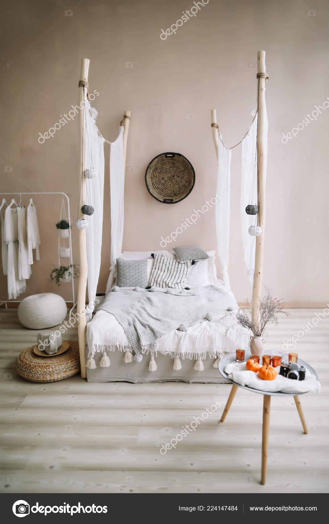 Moderno casa interior design. Letto con baldacchino in legno e ...