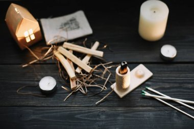 Palo Santo tahta çubuklarını siyah arka planda yakmak. Ruhu dengelemek. İyileştirme, meditasyon, rahatlama ve arındırma konsepti