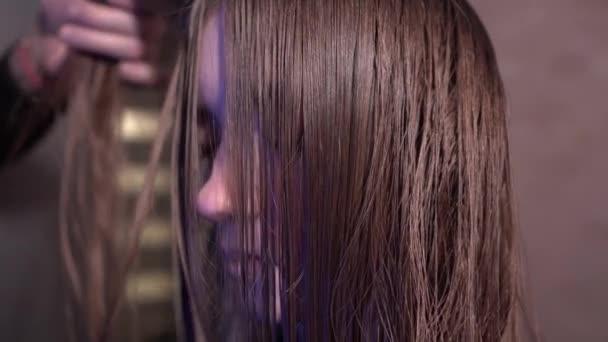 Csinos női hajon vágás és öntettel. 4 k Uhd közeli felvételeket.