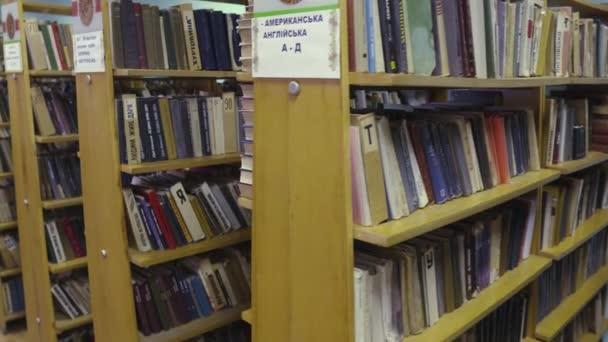 Knihy ve starém vintage retro knihovně. 4 k Uhd pomalé gimbal pánev.