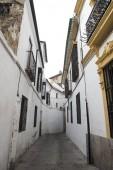 Külső helyi építési, Spanyolország. Az épület úgy tűnik, hogy egy keveréke a régi és a modern építészet. Az utcán úgy tűnik, hogy szűk. Úgy tűnik, hogy egy napfényes nap.
