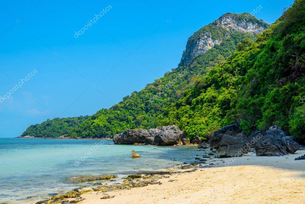 Koh Phaluai, Mu Ko Ang Thong National Park, Gulf of Thailand, Siam, sunny tropical beach with mountains
