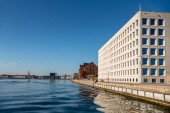 Koppenhága, Dánia - 2018. május 6.: városi jelenet város folyó és épületek, Koppenhága, Dánia