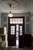 malebný pohled otevřené dřevěné dveře v pokoji, Kodaň, Dánsko