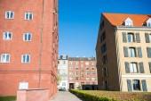 Fotografie úzká ulice mezi krásných domů a zelených keřů v Kodani, Dánsko