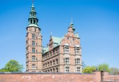Cihlová zeď a krásný zámek Rosenborg v Kodani, Dánsko