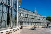 Kodaň, Dánsko - 6. května 2018: Palmový skleník v botanické zahradě v jasně modré obloze