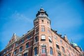 nízký úhel pohledu budovy proti jasně modré obloze v Kodani, Dánsko