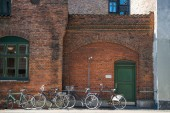 zaparkovaných kol u cihlové zdi budovy v Kodani, Dánsko