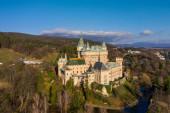 Letecký pohled na romantický středověký evropský hrad v Bojnici, Slovensko