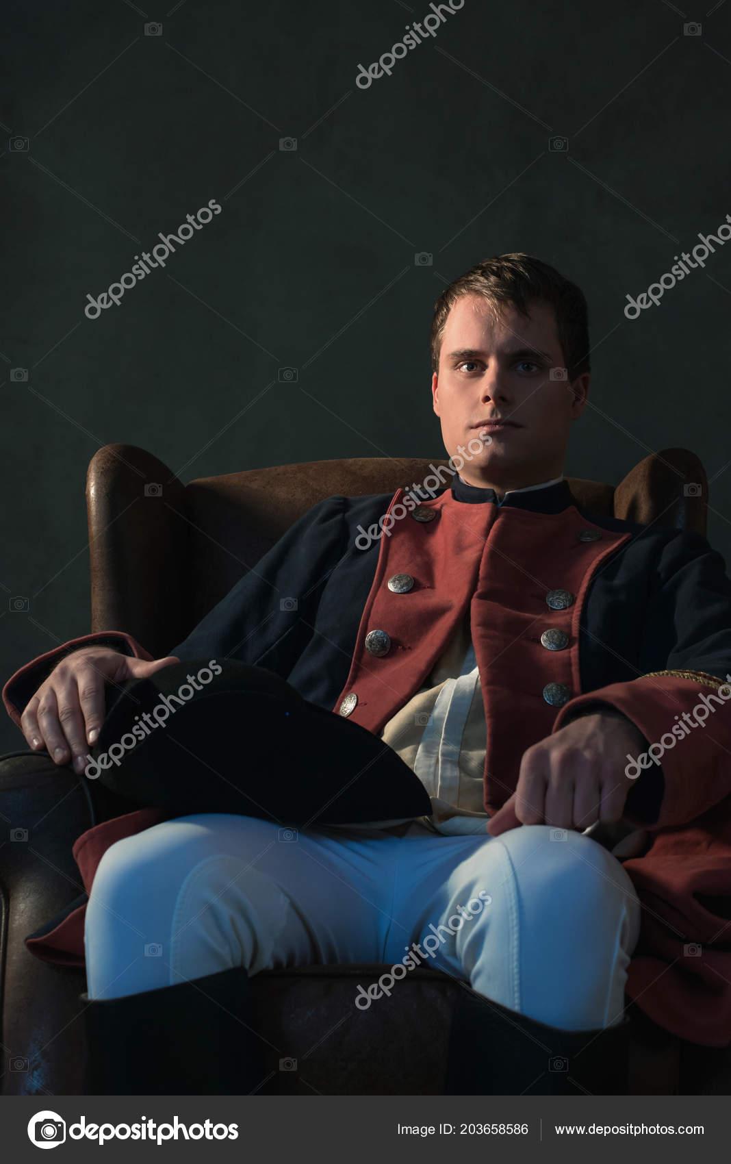 Historische Reich Mann Mit Hut Auf Knie Sitzen Auf Stuhl Stockfoto