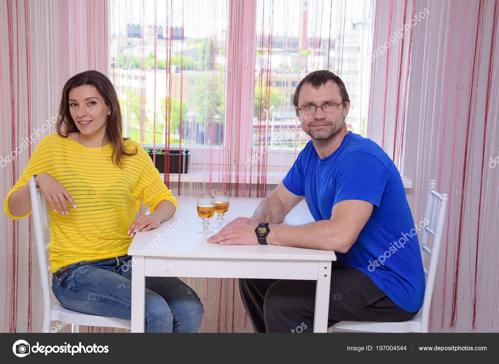 Фото жены под столом, член входит в тугую попку крупным планом