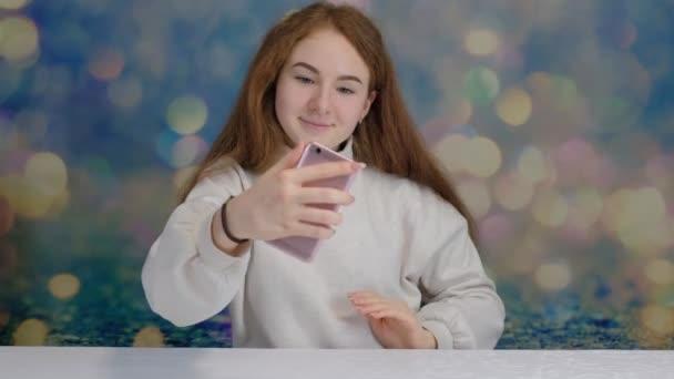 schöne fröhliche junge Frau mit Handy in der Hand überrascht macht Selfie