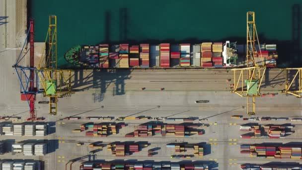 A légi felvétel a Valencia kereskedelmi kikötő. Konténer terminál és a hajó betöltés közben