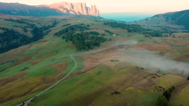 Herbstmorgen und strahlender nebliger Sonnenaufgang im Tal von Compaccio. Provinz Bozen, italienische Alpen