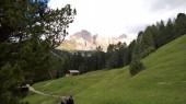 Úžasný titulek hor v Tridentsku, s krásným výhledem na Dolomity Brenta v letních dnech