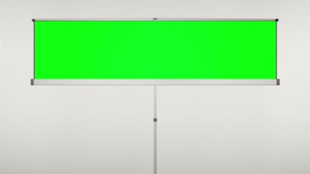 Kino projekci pull dolů a fotoaparát zoom zeleným plátnem. Bílé zdi za stativ. 60 fps animace.