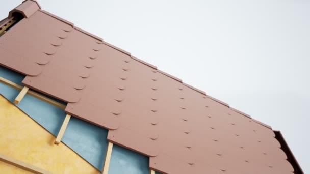 Technická část střechy, viditelný design a izolace. Hnědé rybí dlaždice. animace 60 fps.