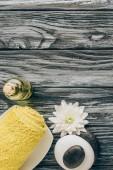ploché vedení ozna.ený spa a masážní léčba uspořádání s ručníkem, silice, oblázky a chryzantémách na dřevěné pozadí