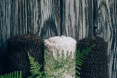Fotografie plochý ležela s ručníky a kapradiny pro lázně na dřevěné pozadí