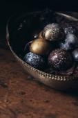 Fotografia mucchio delle caramelle di cioccolato differenti in cestino di metallo sulla tavola di legno