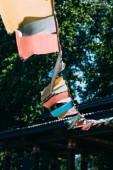 ghirlanda con bandiere colorate allaperto con alberi su priorità bassa