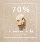 Photo top view of coral lying on sandy beach with summer sale sign