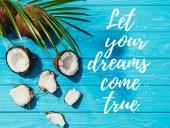 pohled shora z kokosových ořechů a zelené palmy listy na tyrkysové dřevěný povrch s nápisem Ať vaše sny