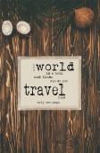 Fotografie pohled shora vintage mapu a kokosové ořechy na dřevěný povrch s kontrolní svět a cestování
