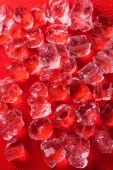 Photo top view of ice cubes on red surface