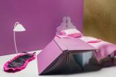 hračka postel s skutečnou velikost spací masku a kniha v miniaturní místnosti