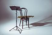 Fotografia basamento di musica per sassofono sulla sedia in studio e note