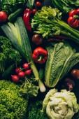 vista superiore di porri, peperoni e verdure diverse sul tavolo