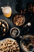 Fotografie Draufsicht der Tisch auf dunklen Holzoberfläche mit Snacks und Bier gesetzt