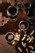 Fotografie Draufsicht der Gläser Bier vom Fass, Erdnüsse und Muscheln Muscheln auf Rost Oberfläche