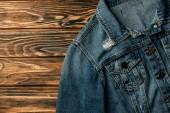 Fotografia vista superiore della giacca di jeans sulla tavola di legno