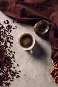 Fotografie Draufsicht der Tasse Kaffee Cezve mit Kaffeebohnen auf Betonoberfläche
