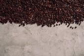 Fotografie pohled shora rozlité kávová zrna na konkrétní stolní