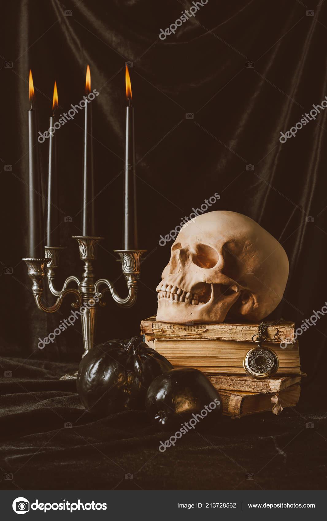 Bewegende Halloween Afbeeldingen.Halloween Schedel Oude Boeken Met Zwarte Pompoen Appel