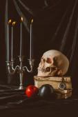 Fotografie Halloween dekorace a lebky na starých knih o černé látky