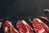 emelt szintű nézet a steakek nyers hús és a fűszerek felszínen a konyha