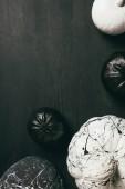 felülnézet, fekete-fehér sütőtök festék splatters a sötét háttér-val másol hely