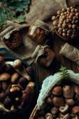 Fotografie pohled shora na chutné organické čerstvé a nakládané houby na dřevěný stůl