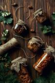 felülnézet ízletes pácolt gomba és a kötél, a fából készült asztal