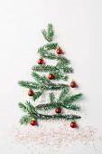 felülnézet zöld fenyő ág díszített, mint ünnepi karácsonyi fa csillog fehér háttér