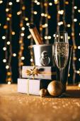a vödröt, és bemutatja a garland világos háttér, karácsonyi concept pezsgő