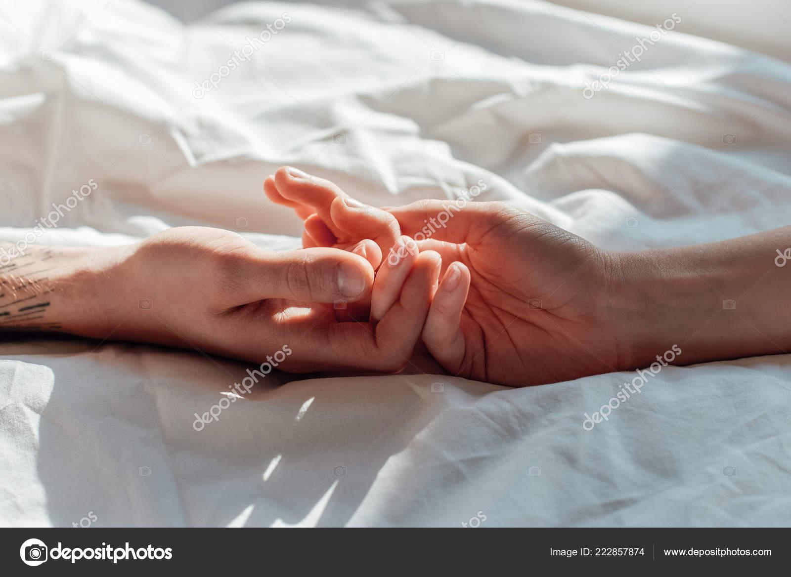 ciftin birlikte yatakta yatarken canli tutarak hads kismi gorunumu 222857874