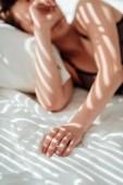 částečný pohled žena v černém prádle spí v posteli