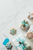 karácsonyi ajándékokat és hópehely sütiket márvány háttér-val másol hely hab felülnézet